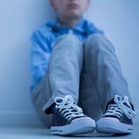 Las impactantes imágenes del maltrato a un niño con autismo
