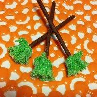 Escoba de bruja de golosina y chocolate. Dulces de Halloween