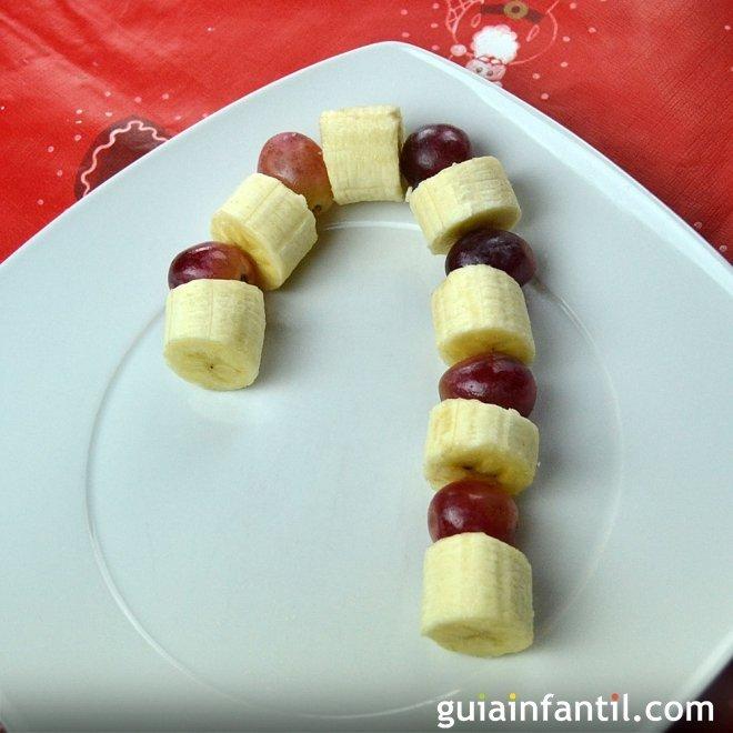 Bastón de caramelo hecho con frutas. Postre de Navidad