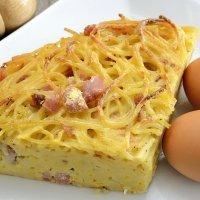 Tortilla o frittata de espaguetis con jamón para niños