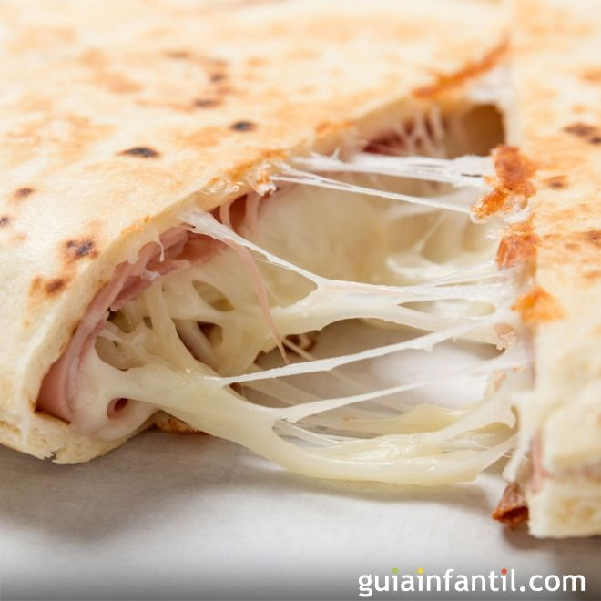 Quesadillas de jamón y queso. Comida mexicana para niños