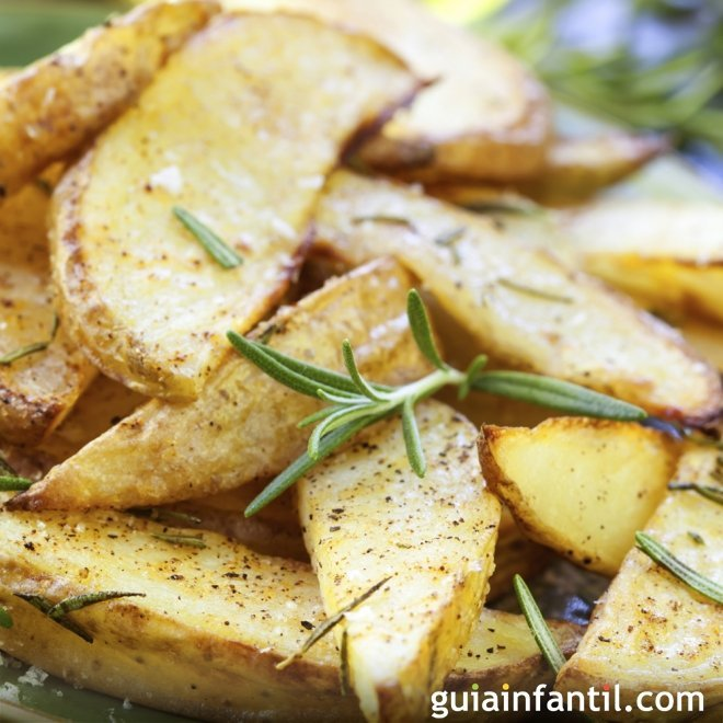 Patatas al romero hechas en el horno. Receta de guarnición