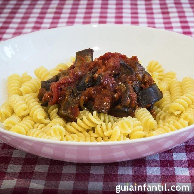 Pasta con salsa de berenjenas y tomates. Receta para niños