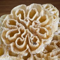 Flores de Carnaval. Dulces para niños. Flores fritas