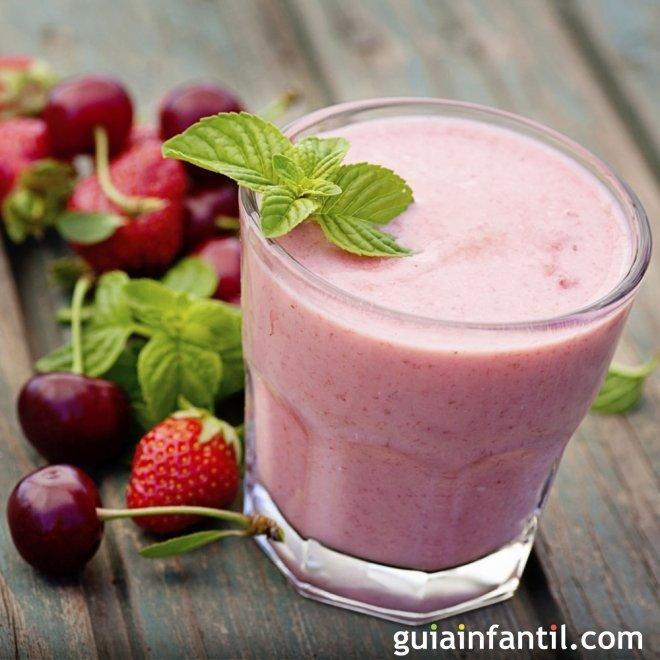 Smoothie de fresas y cerezas. Batidos para niños y embarazadas