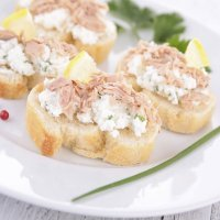Canapé de atún con queso. Aperitivos rápidos y sencillos