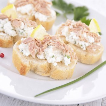 Canapés de atún y queso