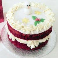 Red Velvet navideña. Tarta roja y blanca para Navidad
