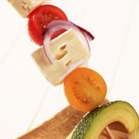 Banderillas de tomate, queso y aguacate. Receta de entrante