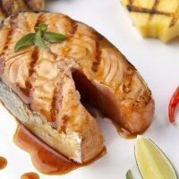 Salmón jugoso con salsa de cava. Receta de pescado