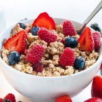 Muesli con frutos rojos para un desayuno completo