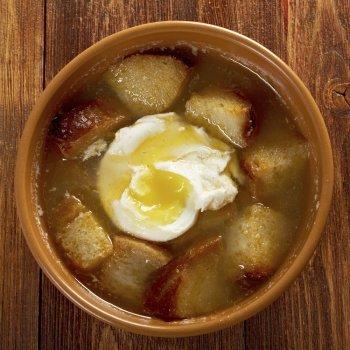Sopa de ajo y pan