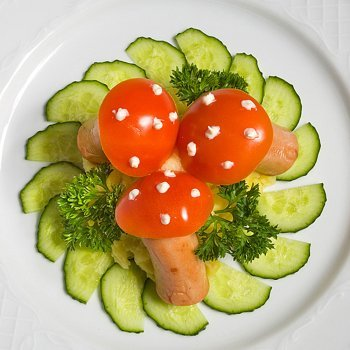 Ensalada divertida con tomate y salchicha