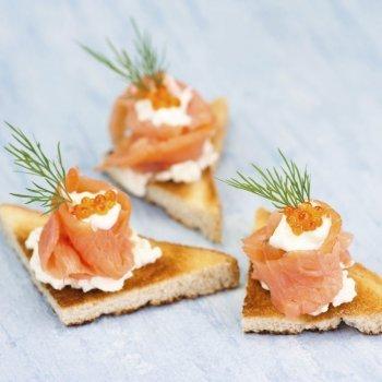 Canapés de barquito de salmón y caviar