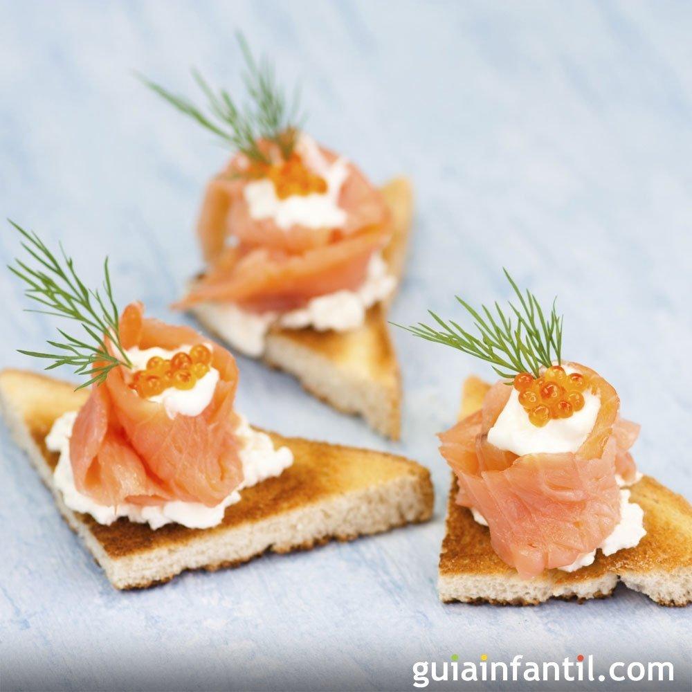 Canap s de barquito de salm n y caviar rojo for Canape de caviar