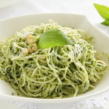Espaguetis con salsa pesto