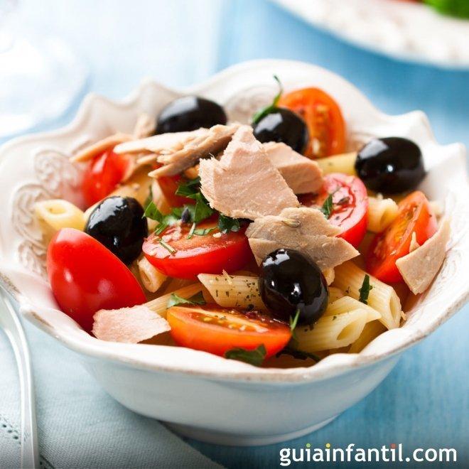 Ensalada de pasta multicolor con atún