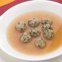 Sopa de albóndigas en miniaturas para los niños