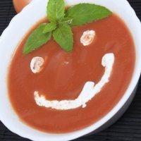 Sopa de tomate con carita sonriente