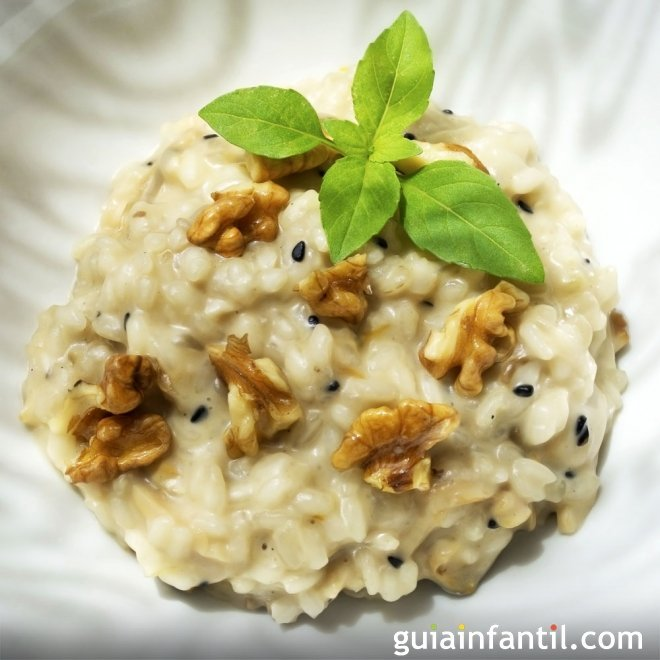 Risotto jugoso de frutos secos. Receta italiana para niños