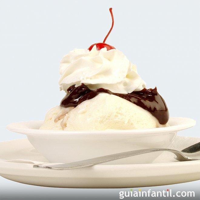 Helado o sundae casero de vainilla con chocolate