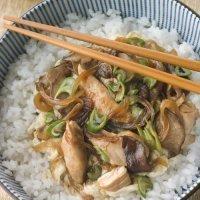 Arroz con pollo y salsa oriental de soja