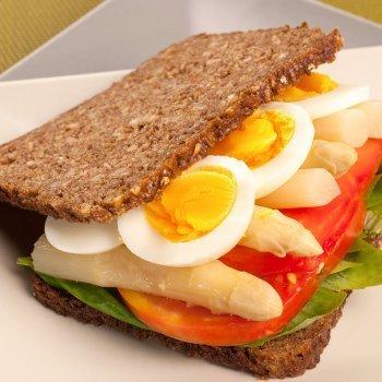 Bocadillo integral de vegetales con huevos