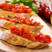 Tosta de pan integral con tomate a las finas hierbas
