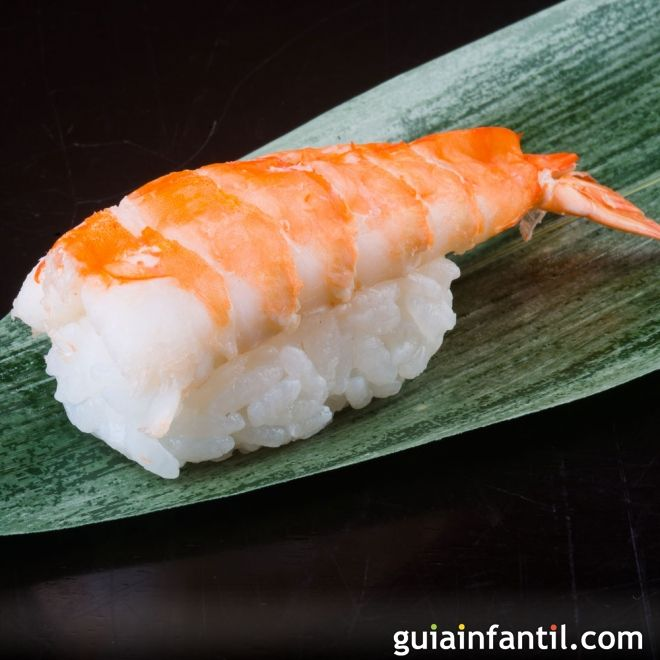 Nigiri sushi con langostinos, cocina japonesa para niños