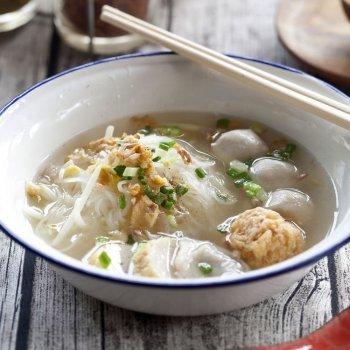Sopa de fideos con bolitas de pescado