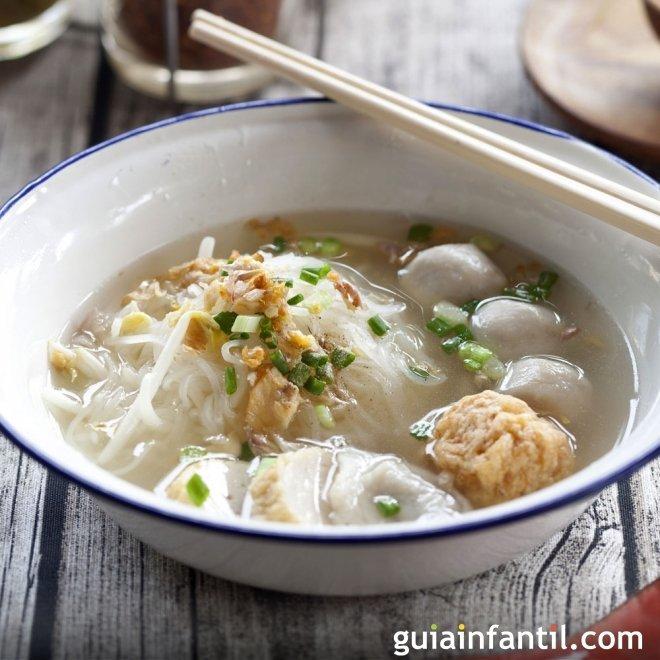 Sopa de fideos con bolitas de pescado, receta original y divertida