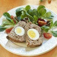 Pastel de carne relleno de huevo. Comida y cena para los niños