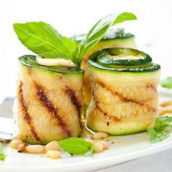 Rollitos de calabacín y queso, aperitivo fácil para niños