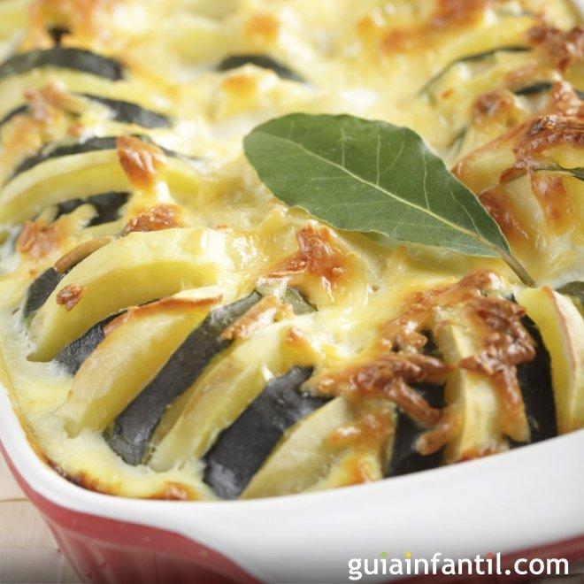Patatas asadas con calabacín y queso. Cena vegetariana