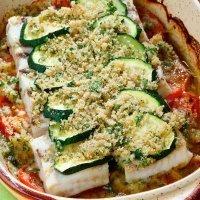 Pescado al horno con tomate y calabacín, cena sana para niños