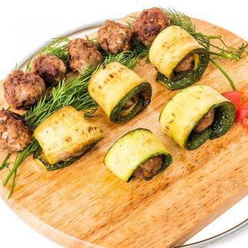 Rollos de calabacín con albóndigas de carne