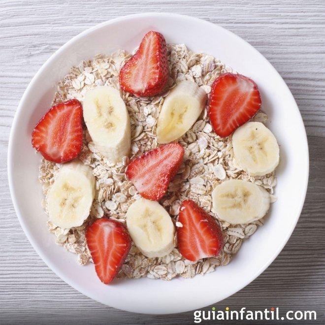 Cereales con fresa y plátano, colorido y alegre