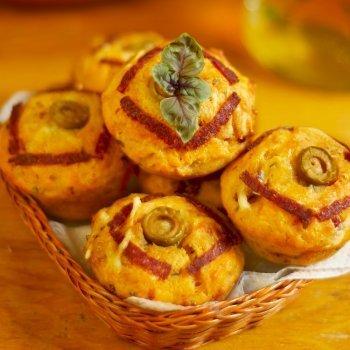 Muffins de salchichas y albahaca