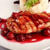 Pollo aromático al horno con salsa de cerezas