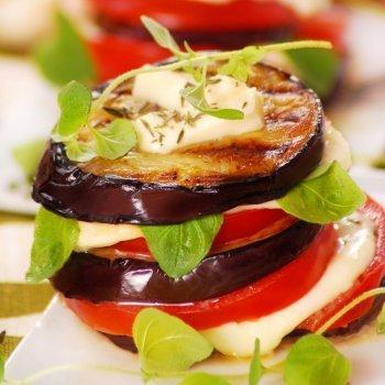 Torre de berenjenas, tomate y queso
