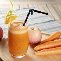 Zumo de zanahoria, manzana y naranja, lleno de vitaminas