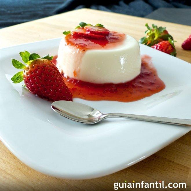 Panacota con salsa de fresas. Un postre italiano para los niños