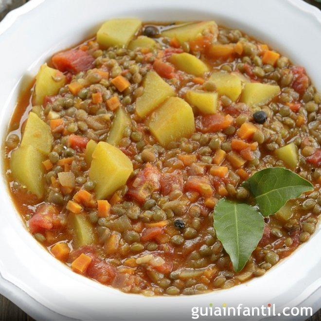 Lentejas estofadas con cerdo y verduras. Receta tradicional