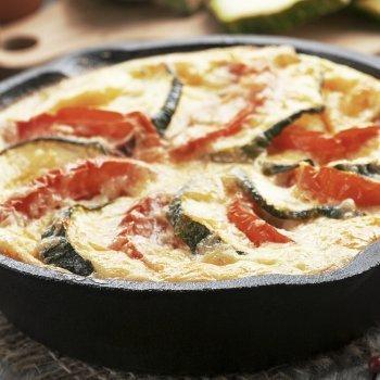Tortilla de calabacín, tomate y queso