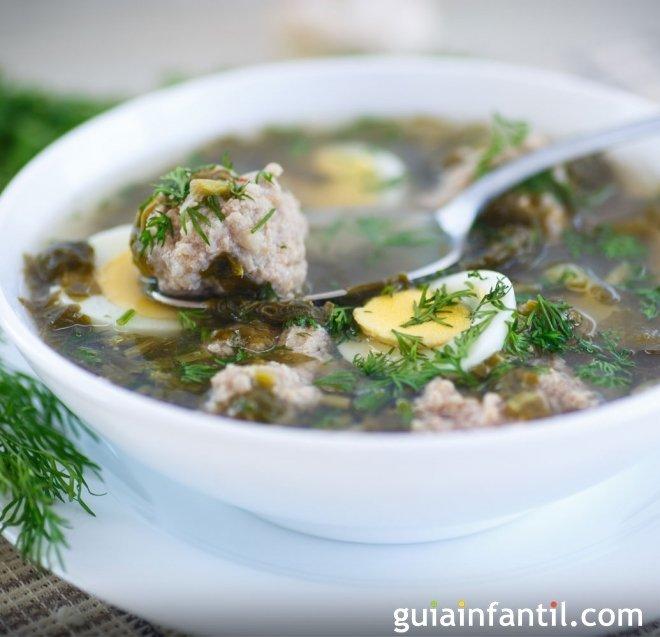 Sopa de espinacas con albóndigas, rica en hierro para los niños