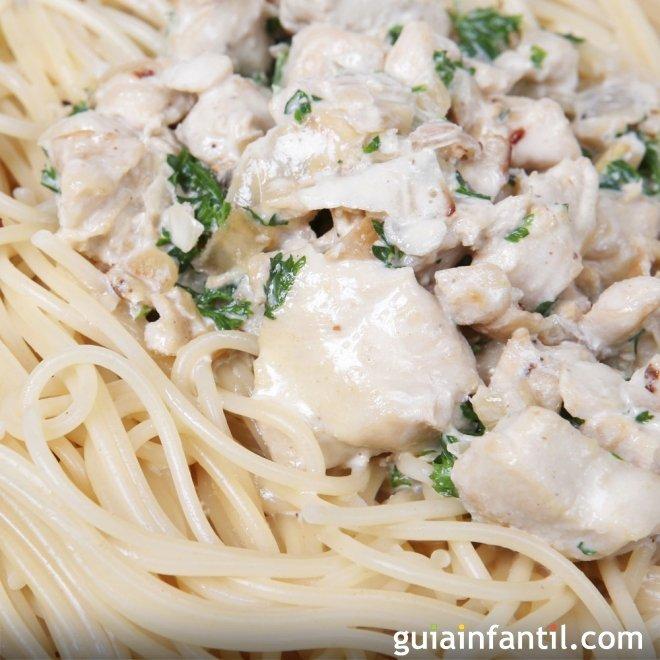 Espaguetis de pollo en salsa bechamel. Receta rápida para niños