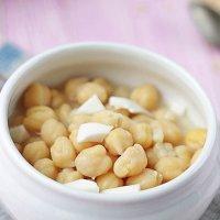 Sopa de garbanzos y huevo cocido para niños