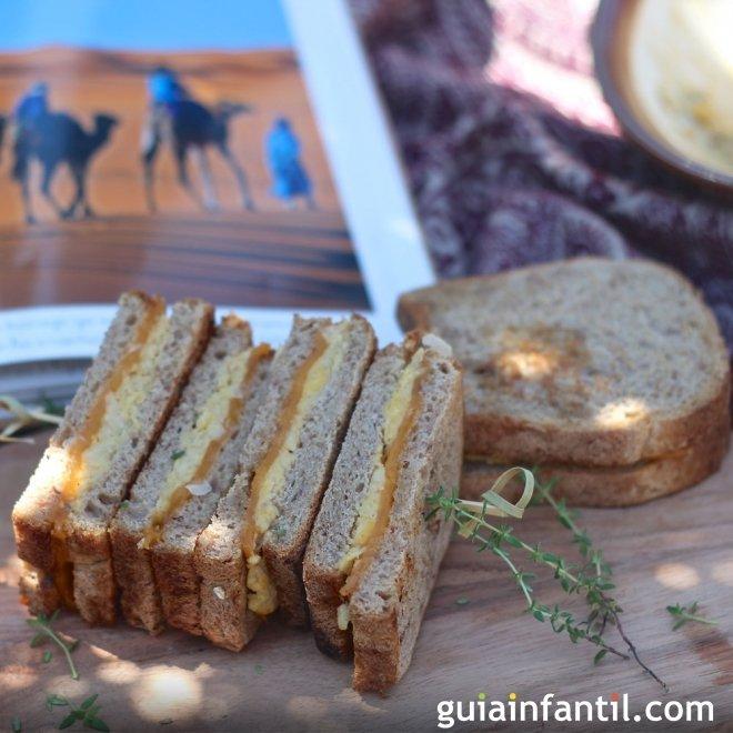 Sándwich de hummus con queso. Meriendas sanas para niños