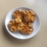 Danesas de hojaldre rellenas de melocotón. Receta para niños
