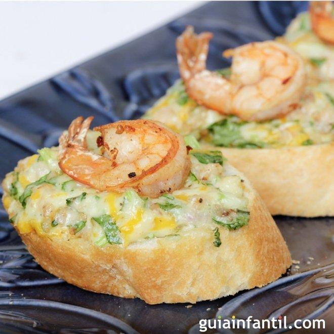 Canapé de gambas con huevo y queso. Recetas de aperitivos
